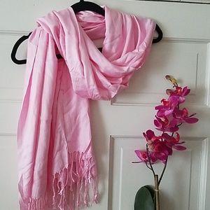 NWOT Light pink large Pashmina scarf w fringe
